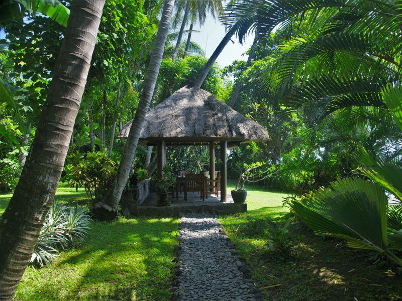 Villa West mit Balé im tropischen Garten direkt am Strand