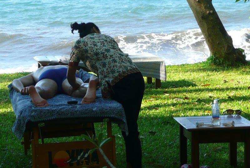 Massage auf der Liege im Garten am Meer
