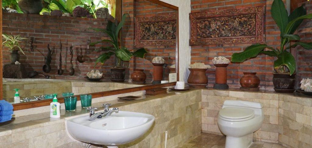 Villa mit Holzschnitzereien / Kunsthandwerk im Bad