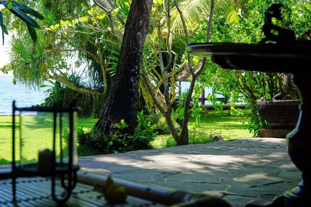 Villa mit Meerblick im tropischen Garten