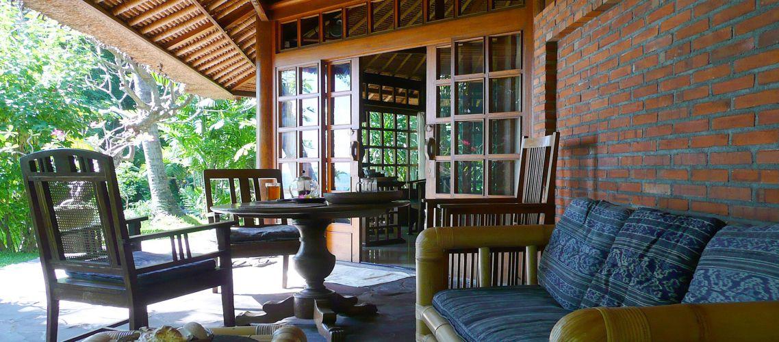 Villa mit Bambussesseln auf der Terrasse