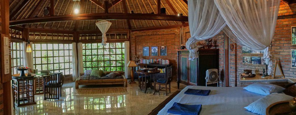 Villa mit balinesischer Einrichtung in tropischem Garten